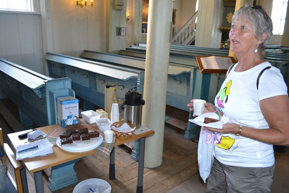 Schokoladenkuchen und Kaffee in der Kirche