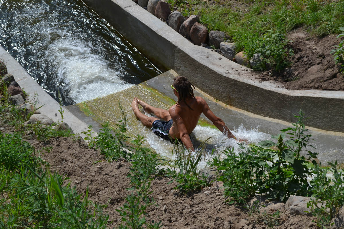 Wasserrutschenvergnügen bei der Dorfjugend