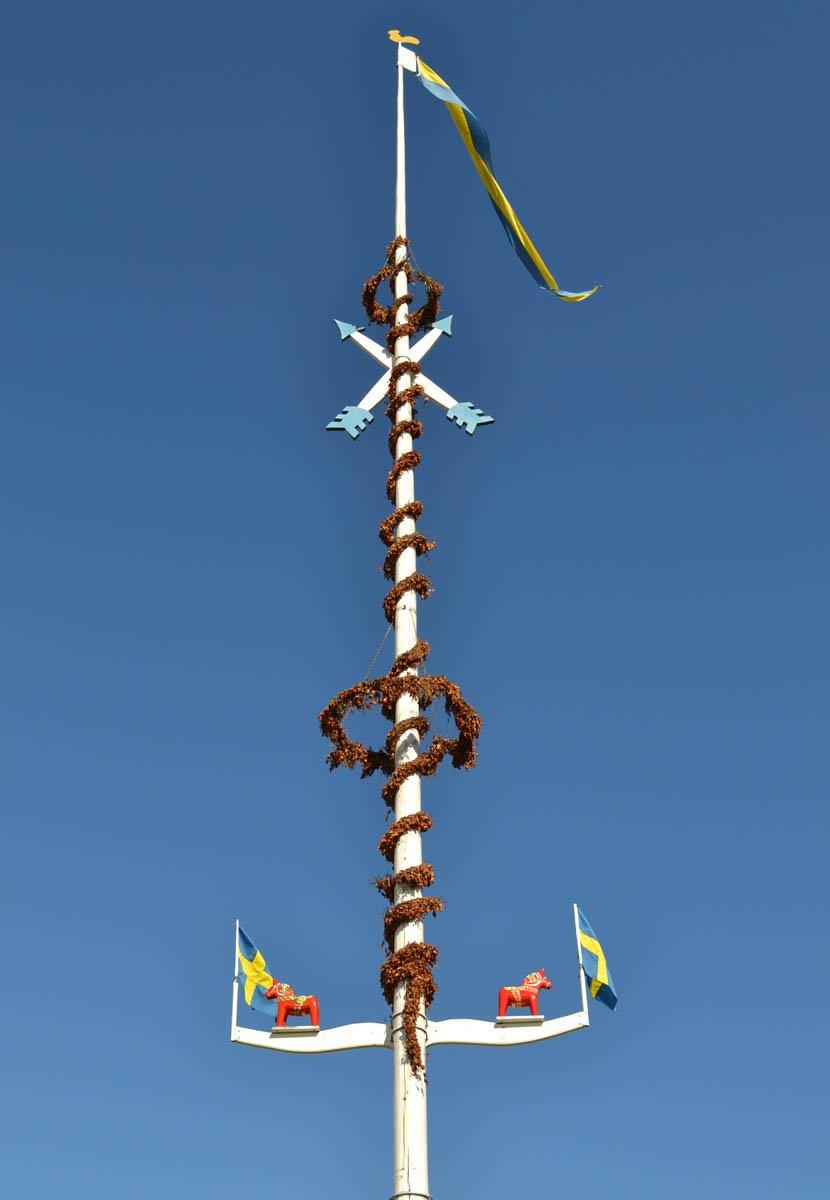 Dala-Pferdchen auf dem Nusnäs Maibaum