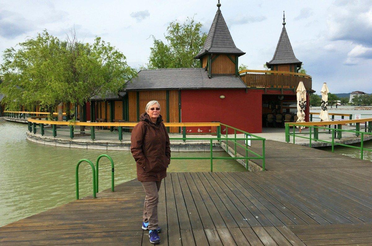 Anne vor dem Freibad am Balaton in Keszthely
