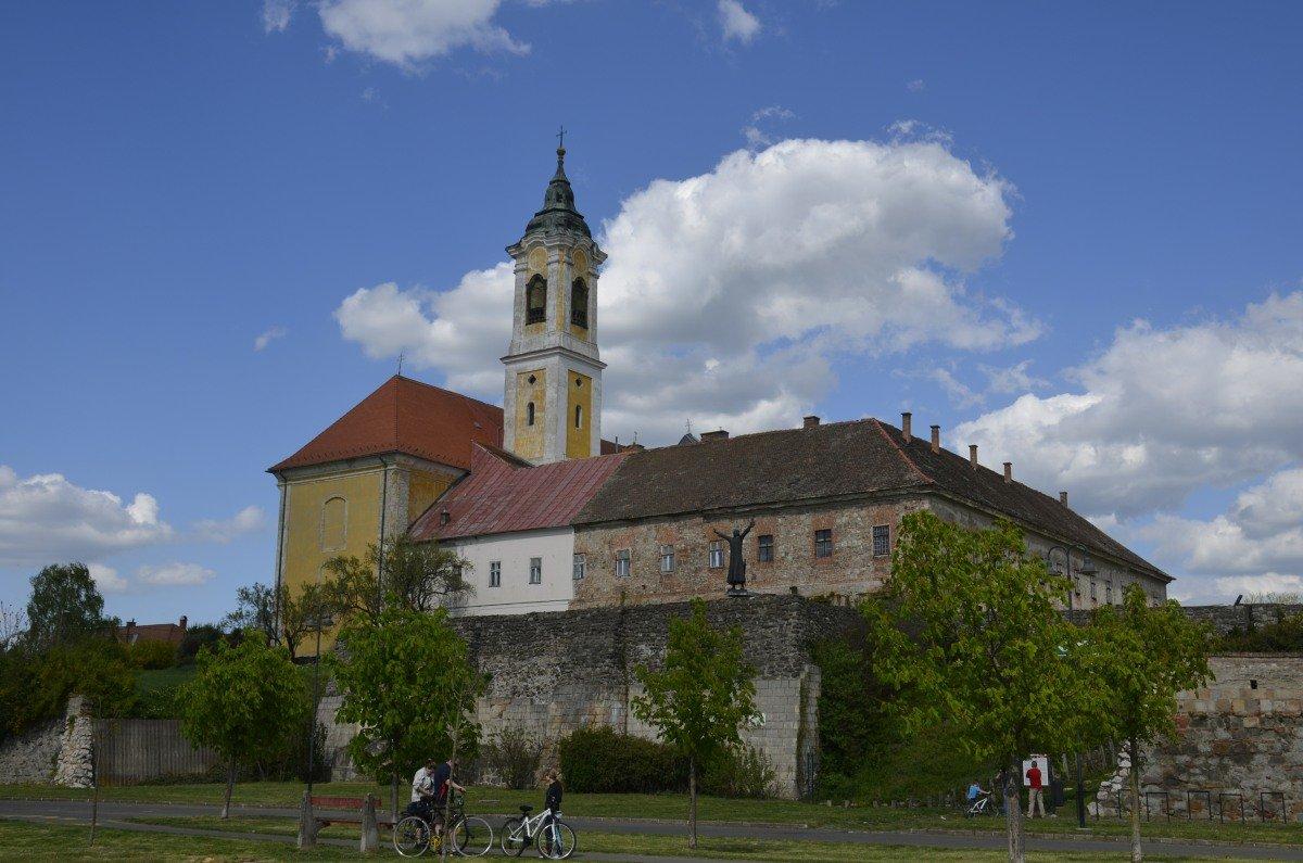 Die Burg von Vác mit der Franziskanerkirche