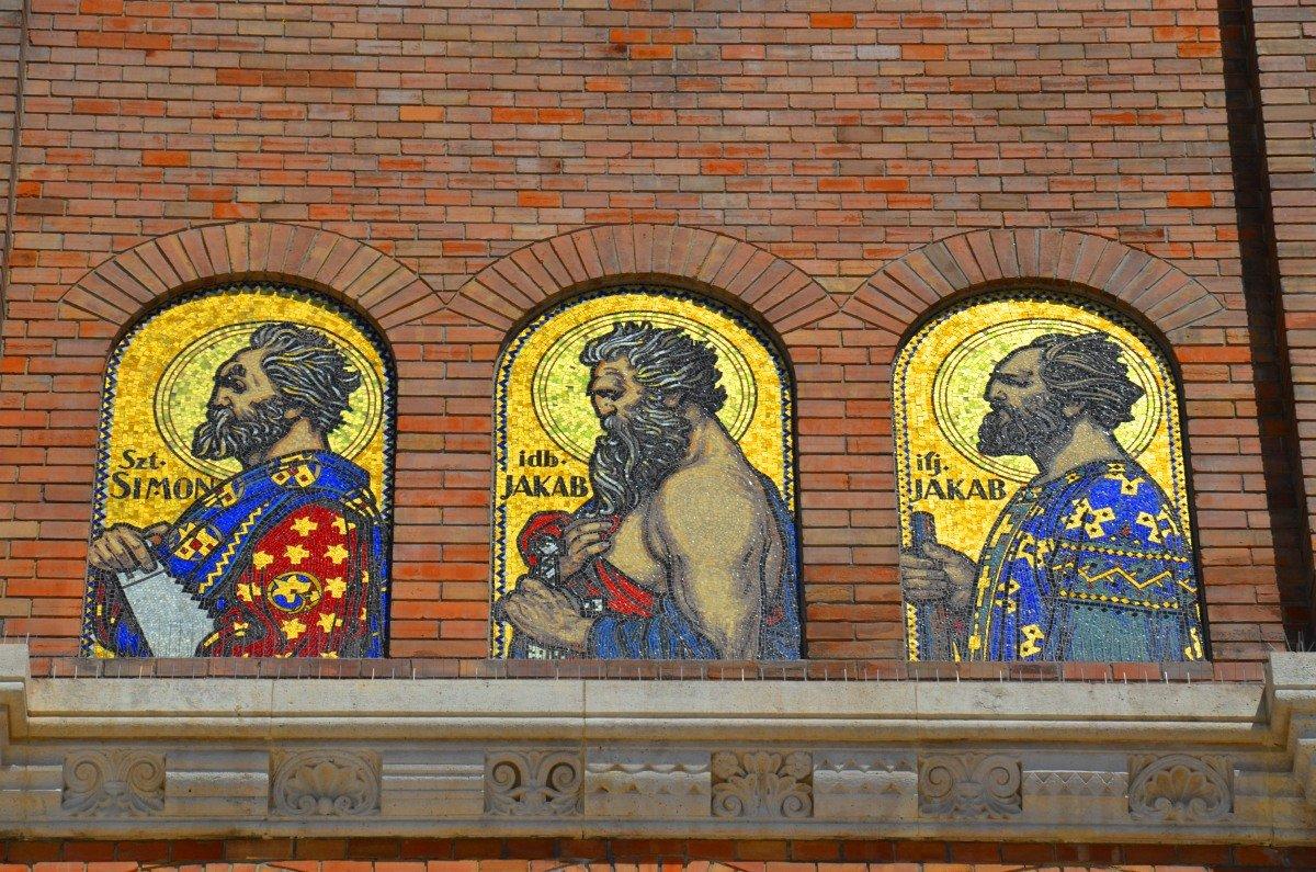 Drei der 12 Apostel an der Fassade der Kathedrale