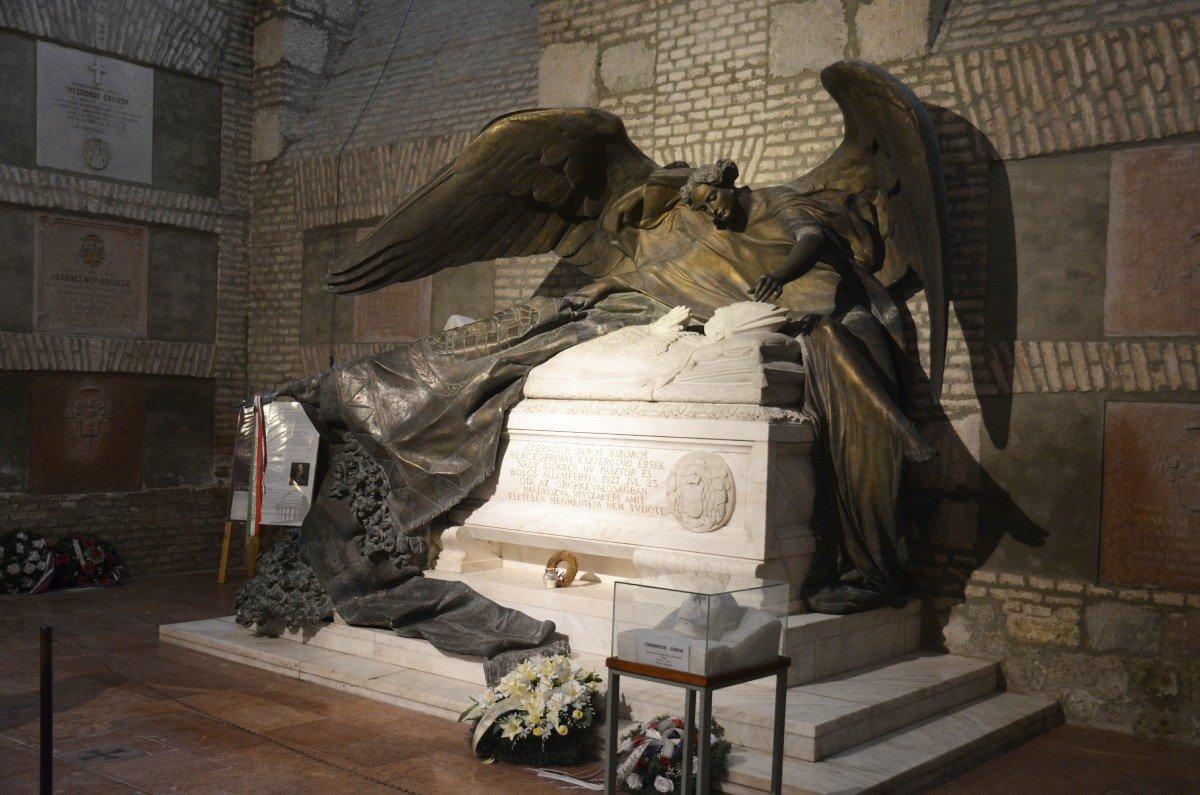 Grabstätte Janos Csernoch in der Krypta der Basilika