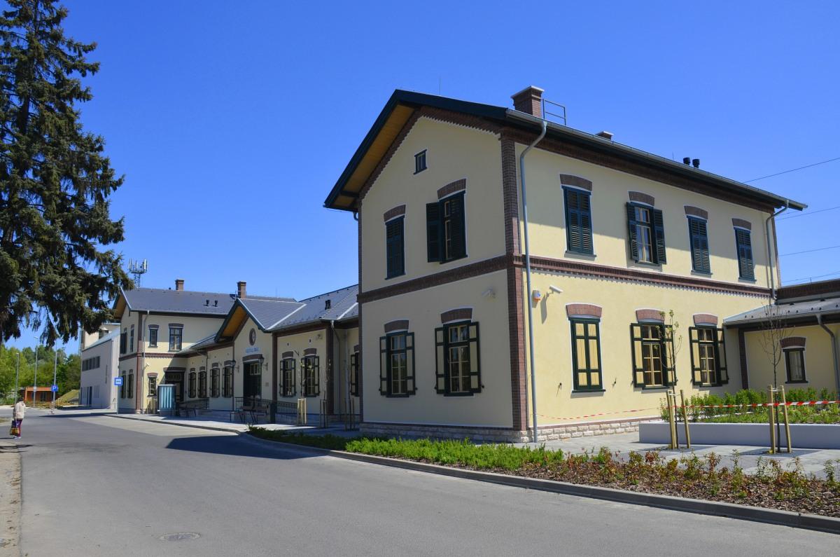 Voellig ueberdimensioniertes Bahnhofsgebäude in Balatonszentgyoergy