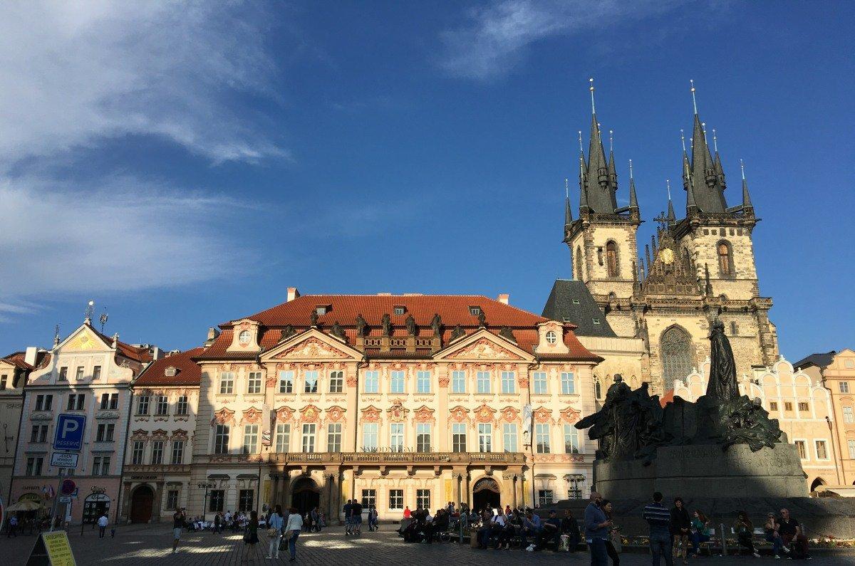 Alststadtplatz und Kirche Jungfrau Maria von der Teyn