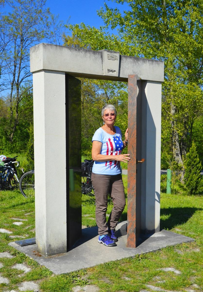 Anne schreitet durch die Tür zur Freiheit