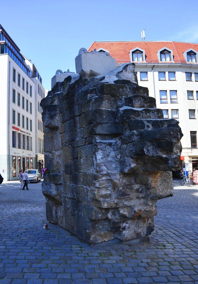 Erhaltenes Stück Mauerwerk der Frauenkirche als Mahnmal