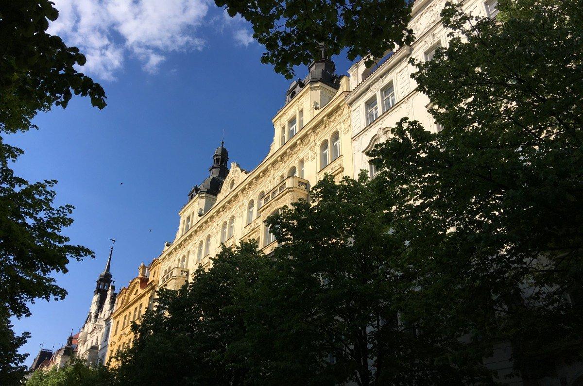 """Gebäudefassaden in der """"Pařížská"""""""