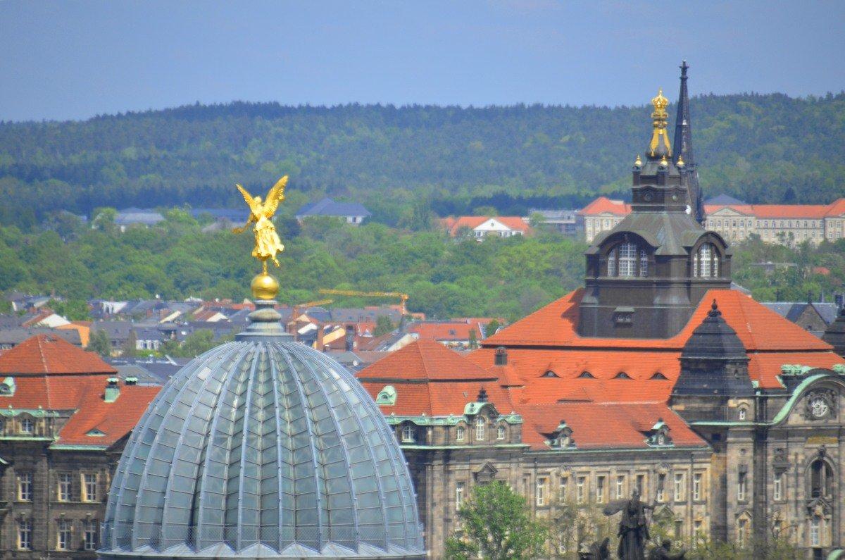 Goldener Engel auf der Kuppel der Kunstakademie (rechts der Landtag)