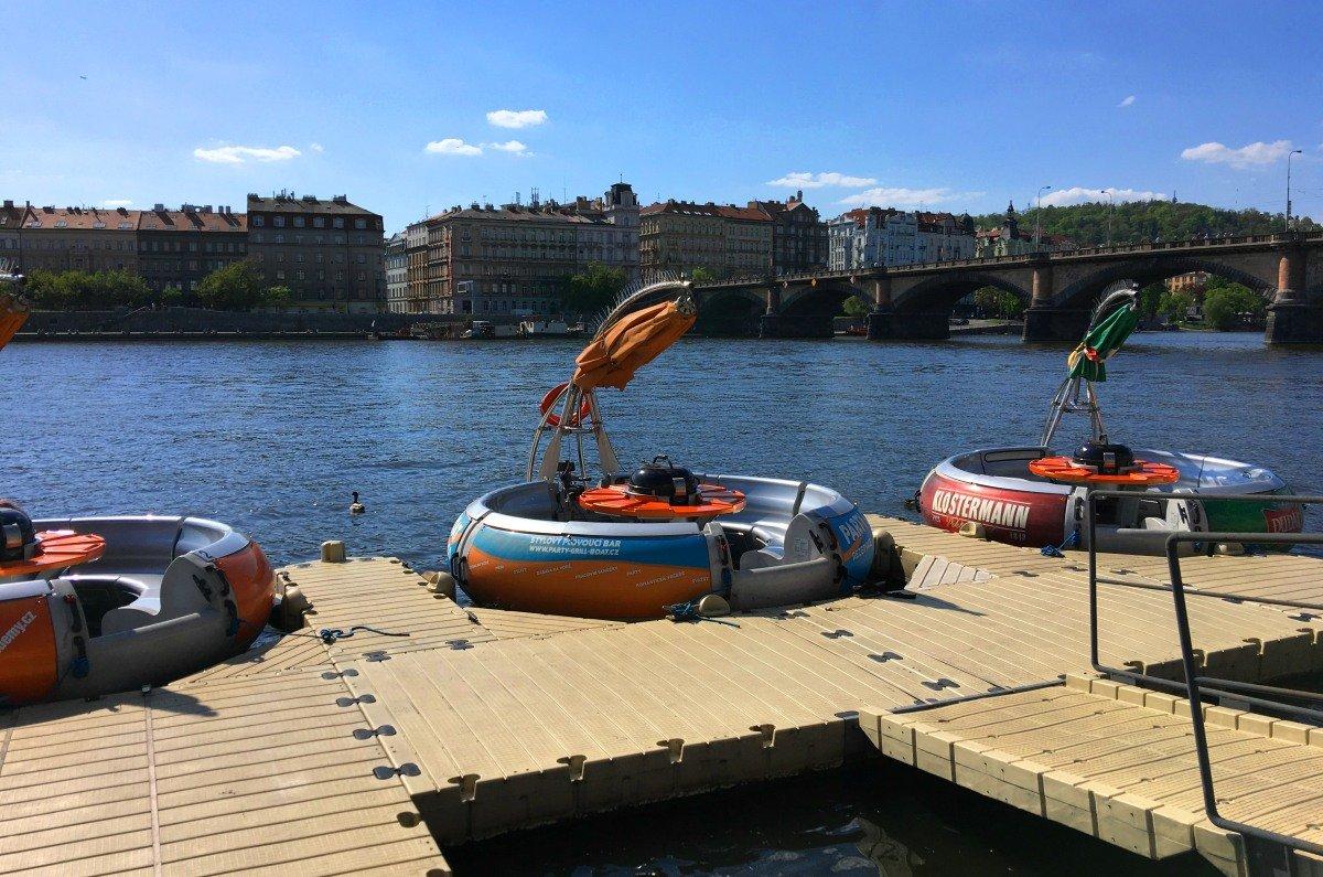 Partyboote - in der Mitte ist ein Grill
