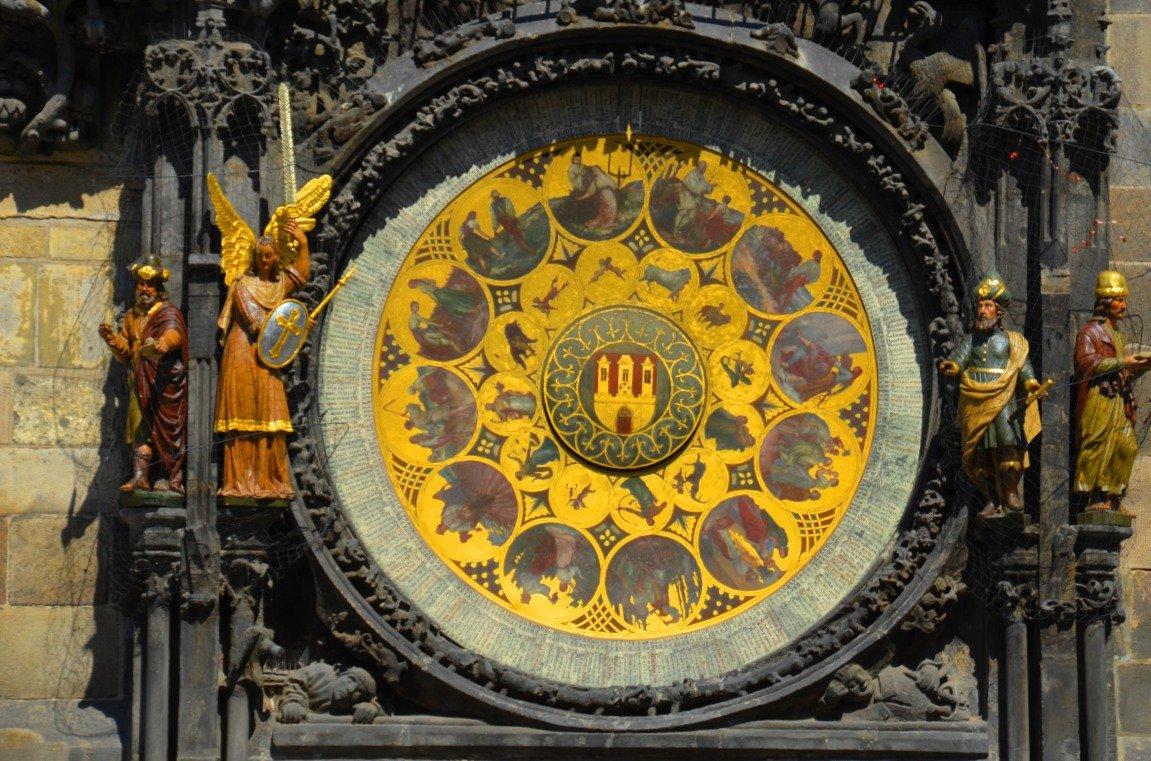 Namenstagscheibe am Turm des Alten Rathauses