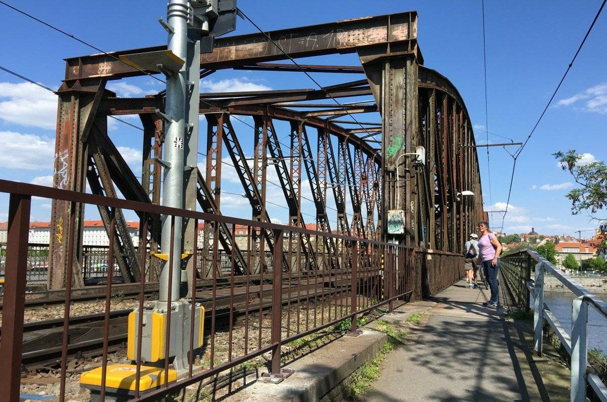 Rostige Eisenbahnbrücke ueber die Moldau