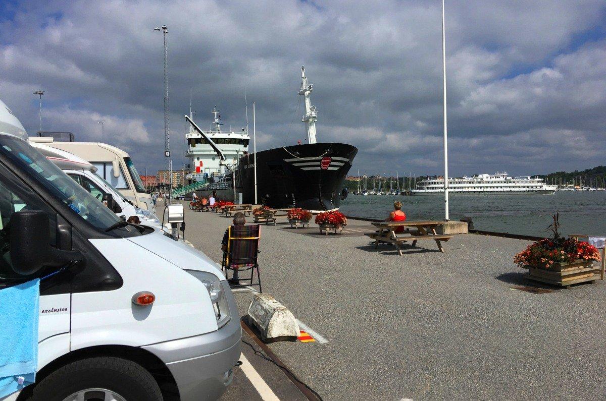 Ein Frachter legte direkt vor dem Stellplatz an der Hafenmauer an