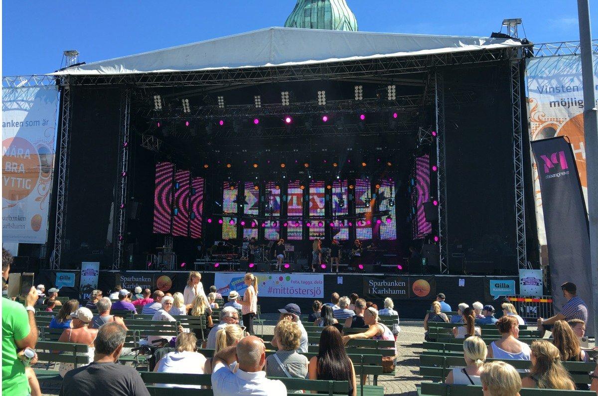 Riesige Bühne auf dem Großen Platz