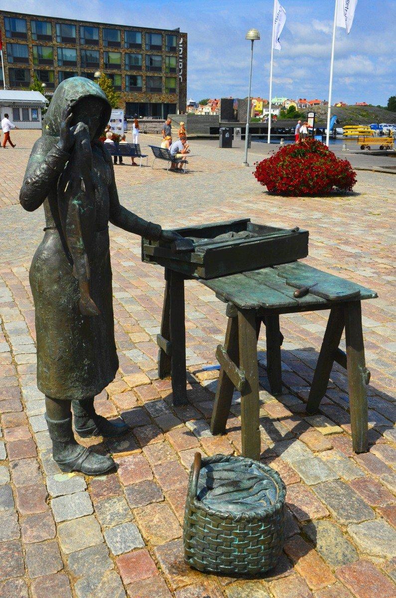 Statue einer Fischersfrau