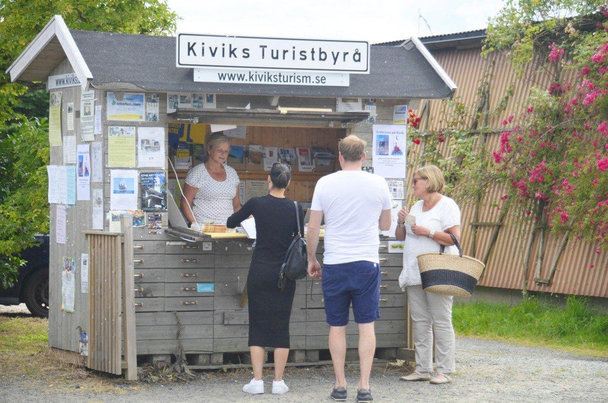 Der geöffnete Touristinfo-Kiosk Kivik