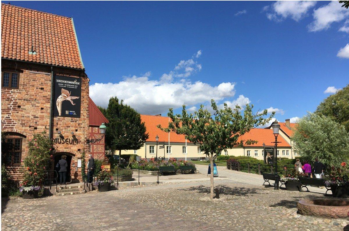 Eingang zum Klostermuseum - links