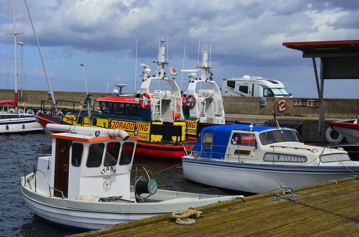 Hörvik Hafen mit Wohnmobil im Hintergrund