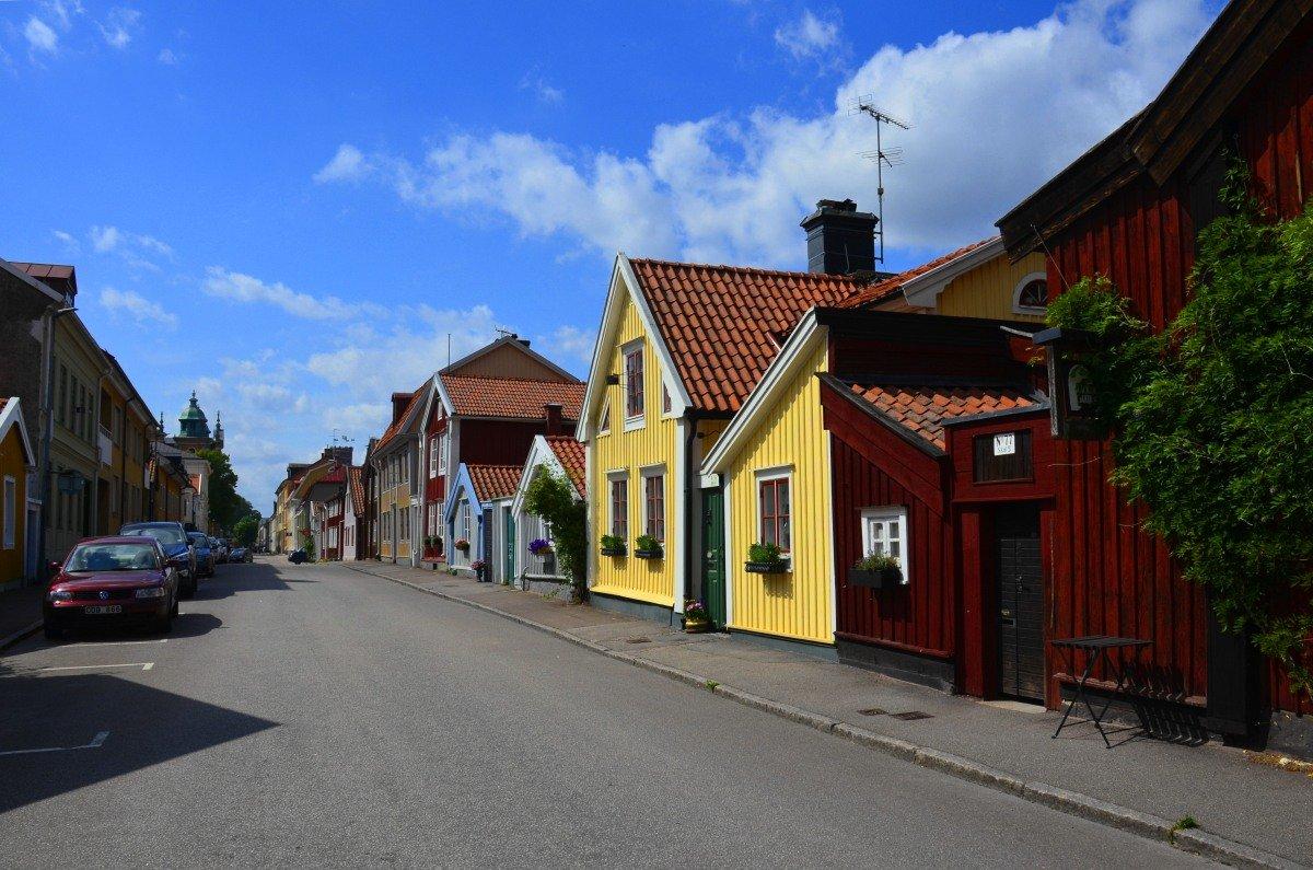 Straße mit traditionellen Holzhäusern