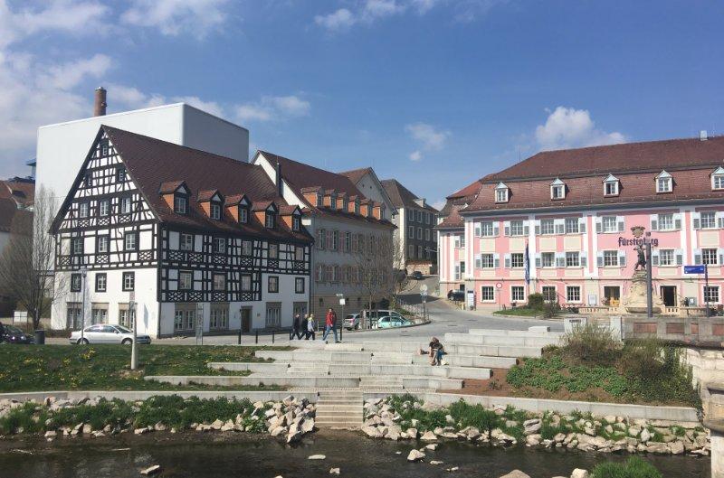 Der Klotz hinter dem Fachwerkhaus ist die Fürstenberg Brauerei