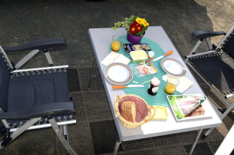 Gedeckter Tisch am Wohnmobil