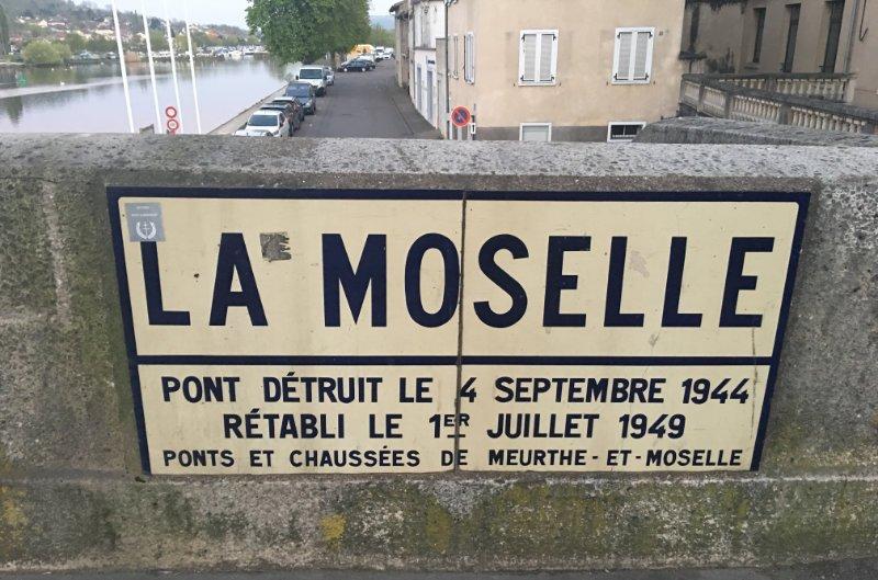 Gedenktafel, die an die Zerstörung der Brücke 1944 erinnert
