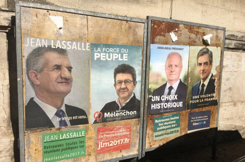 Gleichförmige Wahlplakate