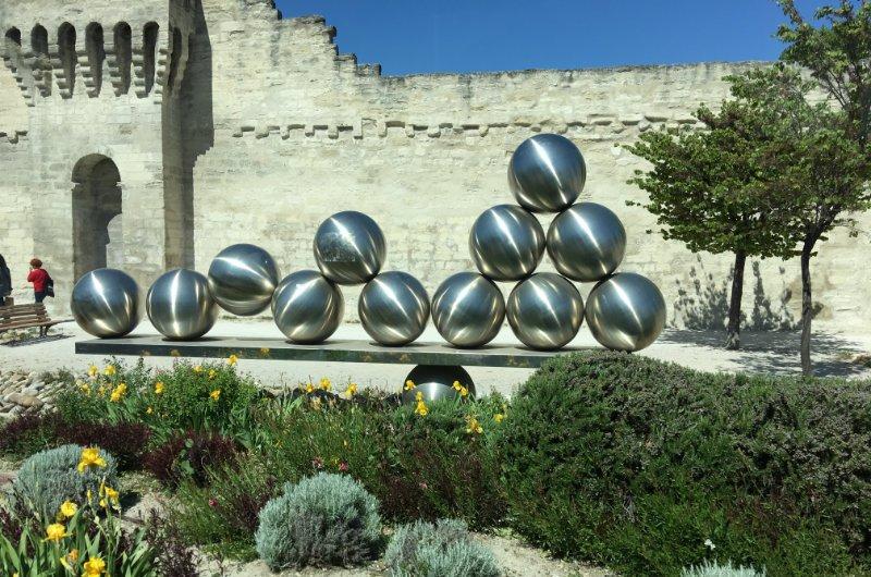 Kunst vor der Stadtmauer in Avignon