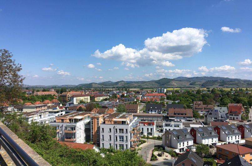 Blick von der Oberstadt auf den Kaiserstuhl