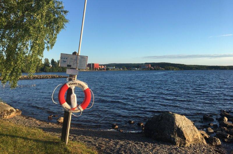 Blick über den See auf die Stadt Ludvika