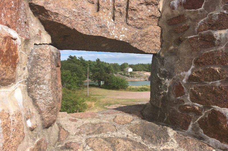 Blick durch eine Schießscharte auf den Bomarsund