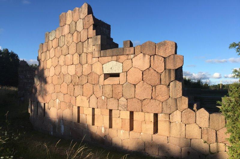Das eigenartige Wabenmuster an den Außenmauern der Festung