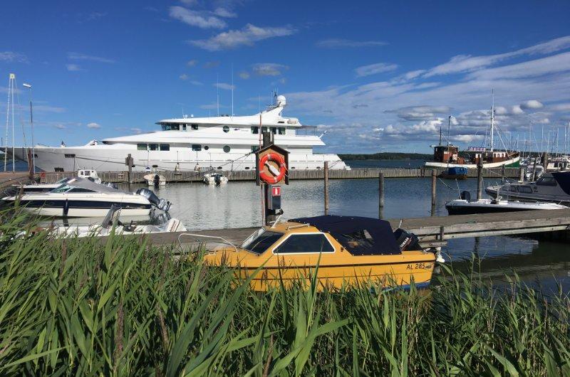 Luxus-Yacht im Osthafen