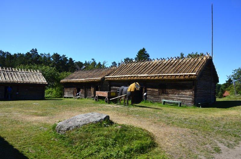 Stallungen mit Holzpferd davor