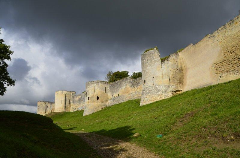 Die imposante Burgmauer - teils restauriert