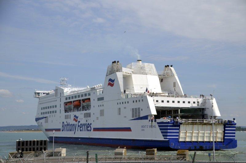 Portsmouth Fähre manövriert sich zum Anleger