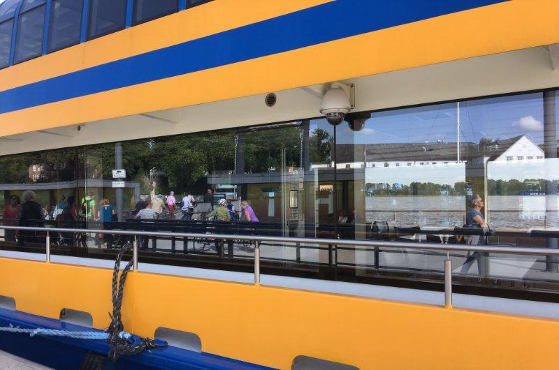 Spiegelung des Schulauer Fährhauses an der Lühe Fähre