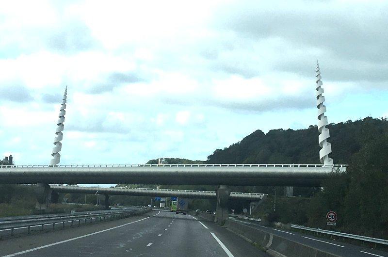 Die seltsamen Bohrer an einer Autobahnbrücke in Le Havre