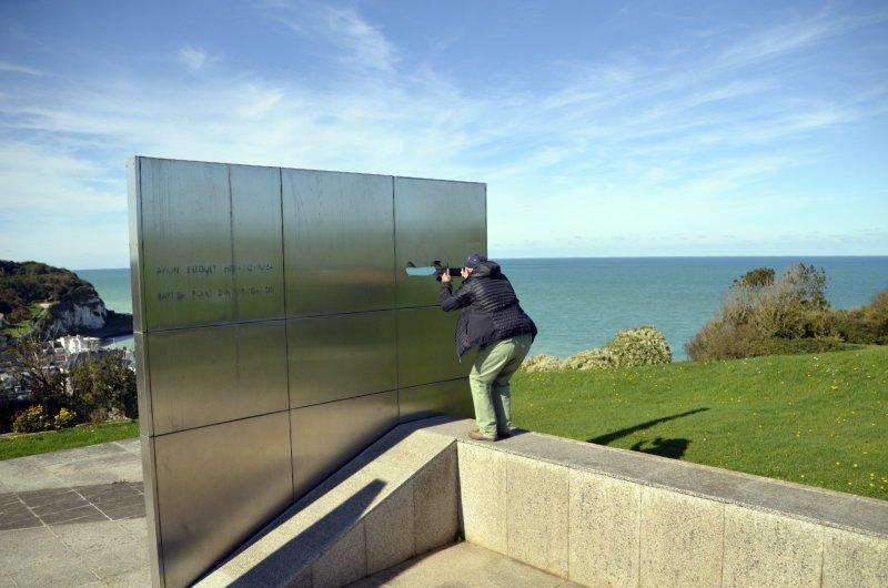 Frederick beim Fotografieren des Fliegerdenkmals