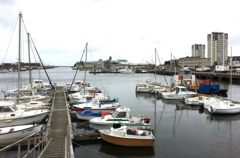 Hafen Cherbourg, im Hintergrund ein Kreuzfahrtschiff
