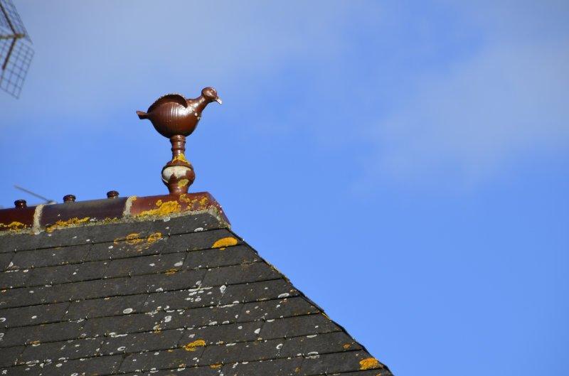 Keramikfigur auf dem Dach