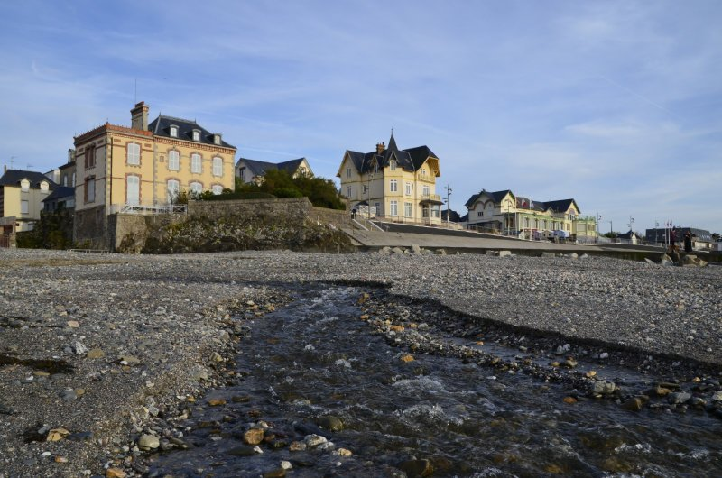 Rauschender Bach am Strand vom St.-Pair-sur-Mer