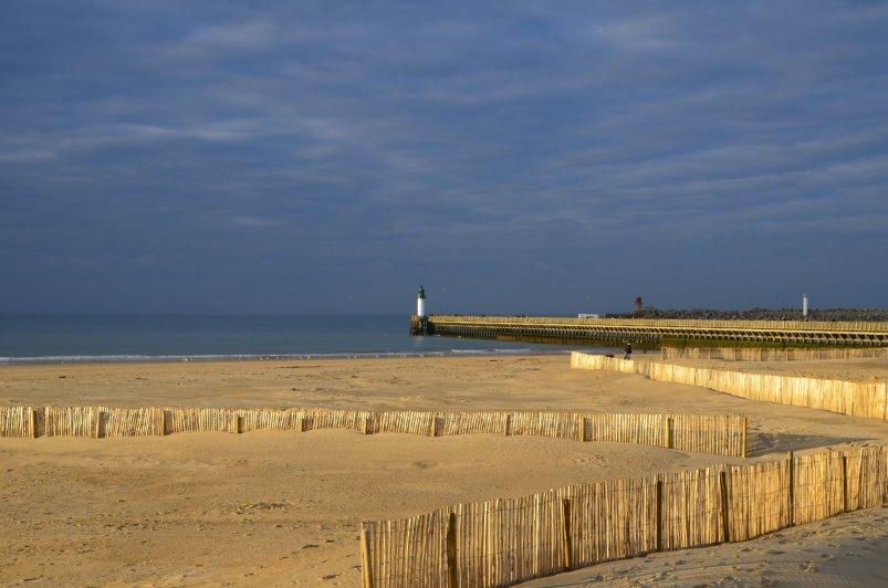 Der Strand von Calais und die Mole im Abendlicht