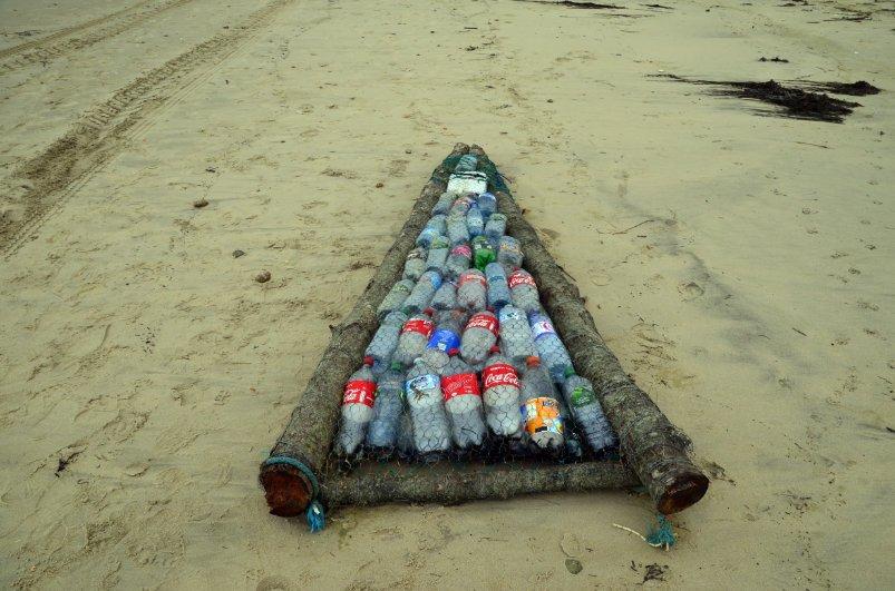 Strandgut - Floß aus Holzstämmen und Plastikflaschen