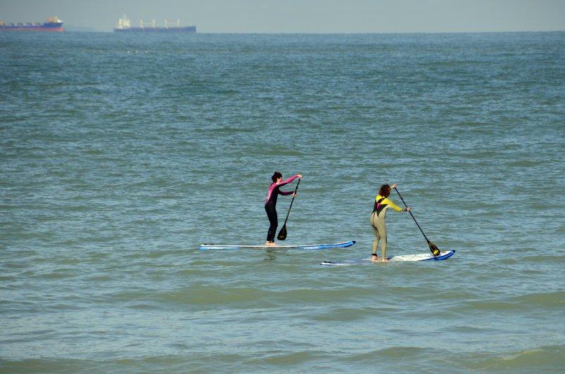 Zwei mutige Stand-up Paddlerinnen auf dem Ärmelkanal