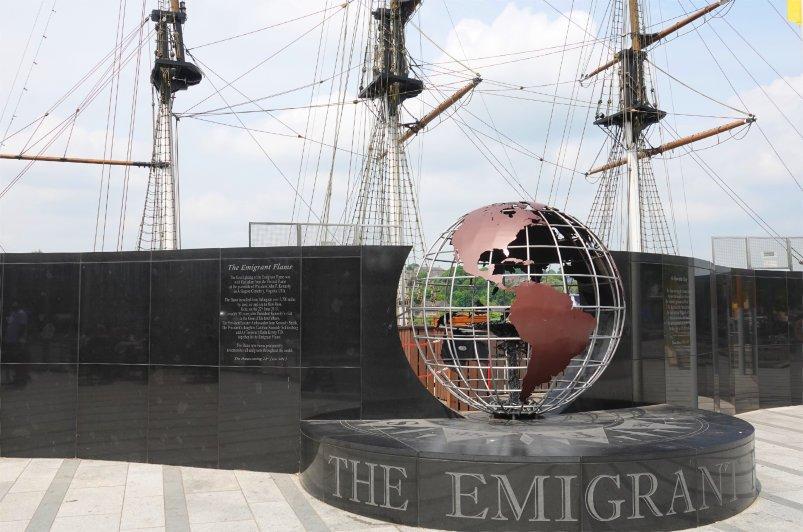 Die Emigrantenflamme in der Weltkugel vor dem Nachbau der Dunbrody
