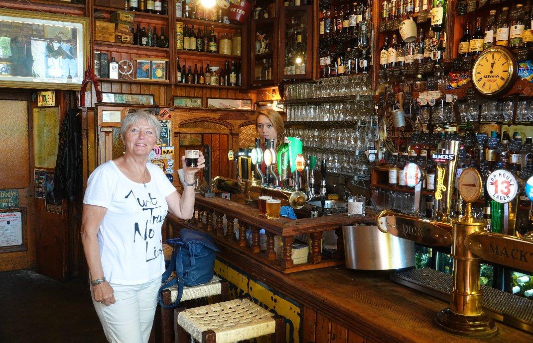 Ein Bierchen, im Hintergrund Bobbi
