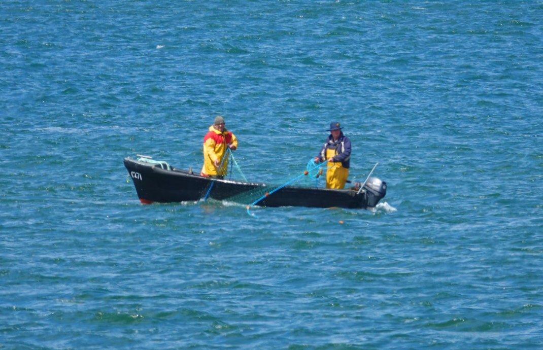 Fischer bei der mühsamen Arbeit in der Bucht