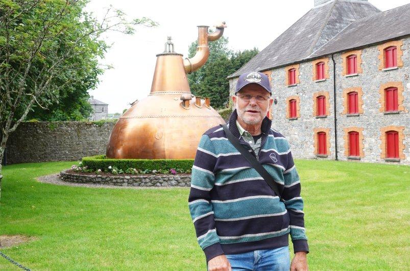 Frederick vor dem historischen Destilleriegebäude