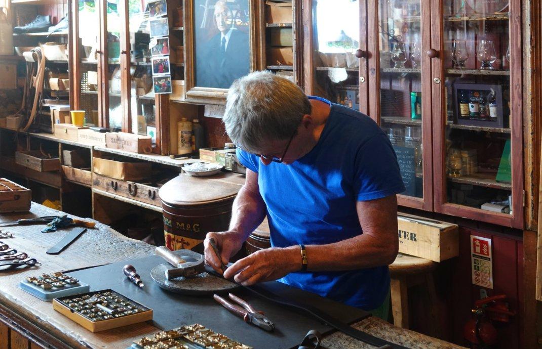 Brian bei der Bearbeitung von Fredericks Gürtel